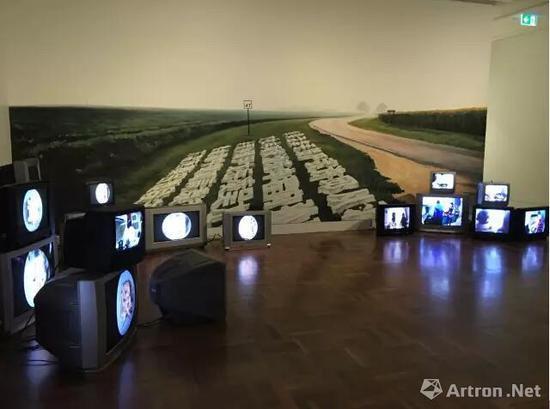 陈秋林,广和昌百家姓,2016, 25台视频装置及作品图片,4A亚洲当代艺术中心,图片由艺术家及成都千高原艺术空间提供。