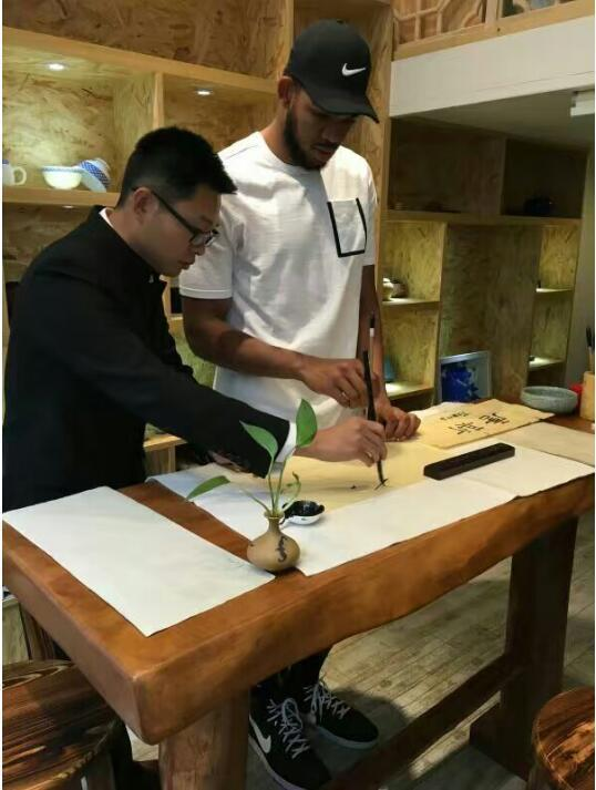 NBA状元唐斯来华学书法 导师弘亿赞其天赋高
