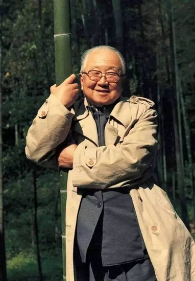 """20世纪80年代初,启功先生在杭州抱着竹子拍照留念。启功先生称之为""""抱竹图"""""""