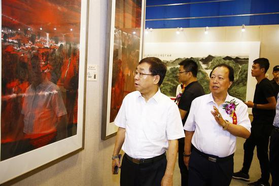 沙水兵与人民日报社副社长张建星参观展览