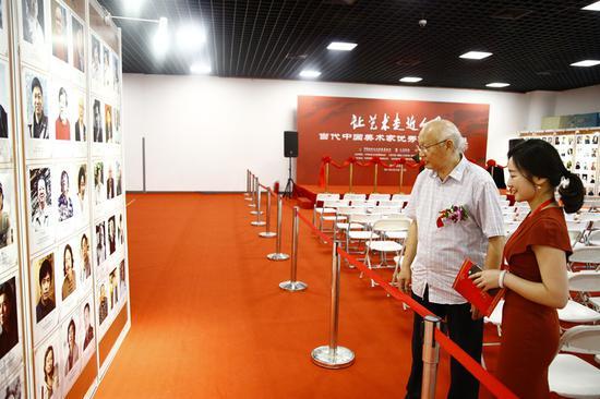 陕西国画院名誉院长、中国美术家协会理事 苗重安参观画展