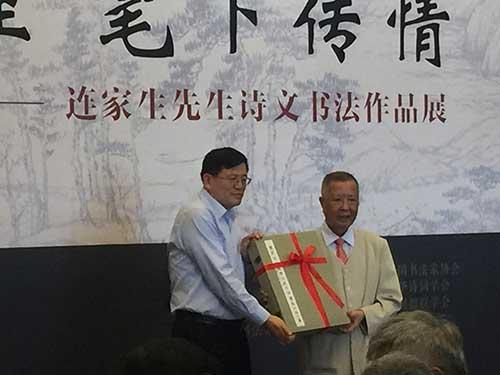 连家生先生向国家图书馆捐赠了精心准备的系列诗文书法作品。
