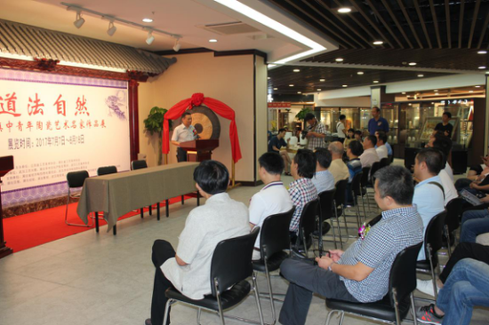 武汉市经济和信息化委员会副主任胡冲致辞