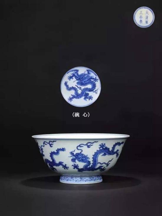 清雍正 青花暗刻海水龙纹大碗